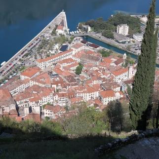Kotorin vanha kaupunki mahtuu pieneen tilaan ja Balkanilaiseen tapaan katot punaisista tiilistä.