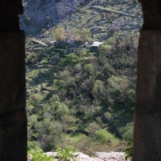 Tässä reitti linnan takaiseen laaksoon ja tässä näkyy juuston, kinkun ja rakinmyyjien talokin ja tie jatkuu kiemurtaen vuorelle.