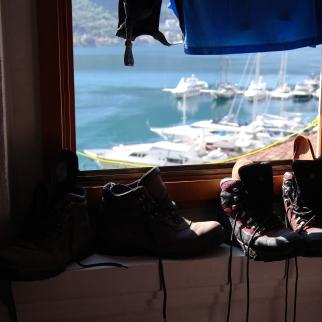 Vaatteet ja bootsit kuivumaan ikkunalle...