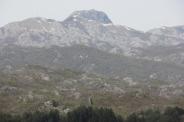 Maisema laaksosta eli mausoleumi siintää vuoren nokassa.