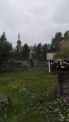 Utsjoen kirkko ja kirkkopihaa