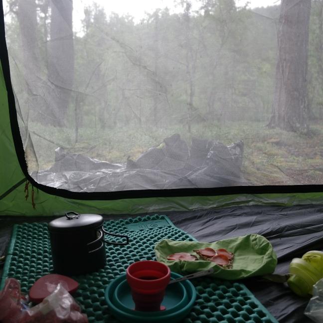 Join aamukahvit teltassa hyttysten harmiksi